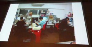当時の社内を写したスライドは、デジタル作画への移行期らしく紙+デジタルでの作業風景となっていた。